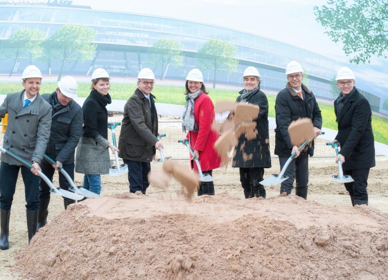 Frank Herzog (Concept Laser), Ilse Aigner (Bayer. Staatsministerin), Siegfried Schmelze, Peter Gärtner (4,5,6,8)